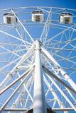Взгляд нижней стороны белого колеса ferris Стоковые Изображения RF
