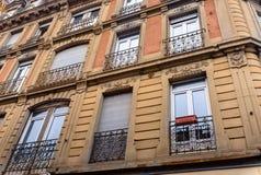 Взгляд низкого угла архитектурноакустический внешний жилых домов роскошного низкого подъема жилых в городской окружающей среде го стоковое фото