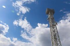 взгляд низкого угла башни радиосвязи против неба Стоковое фото RF