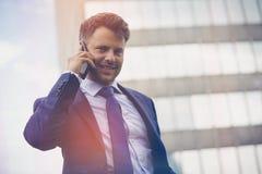 Взгляд низкого угла бизнесмена говоря на мобильном телефоне Стоковые Фотографии RF