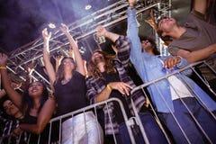 Взгляд низкого угла вентиляторов наслаждаясь на ночном клубе стоковые фото