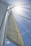 Взгляд низкого угла ветрил и рангоута яхты против неба Стоковые Изображения RF
