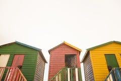Взгляд низкого угла деревянных хат пляжа Стоковое Фото