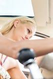 Взгляд низкого угла женщины сидя в автомобиле Стоковые Изображения RF