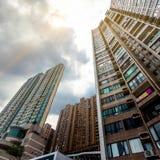Взгляд низкого угла жилого квартала Гонконга Стоковые Изображения RF