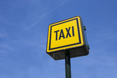 Взгляд низкого угла знака такси против голубого неба Стоковое фото RF