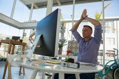 Взгляд низкого угла дизайнера размышляя в офисе Стоковые Изображения RF