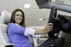 Взгляд низкого угла красивой женщины сидя в автомобиле Стоковое Фото