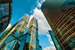 Взгляд низкого угла небоскребов в Москв-городе Стоковые Изображения RF