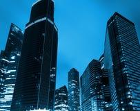 Взгляд низкого угла организаций бизнеса в городе Москвы финансового района, России стоковое изображение rf