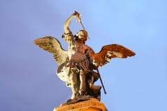 Взгляд низкого угла статуи ангела Стоковые Изображения