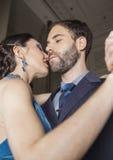 Взгляд низкого угла танцоров танго выполняя в кафе Стоковая Фотография