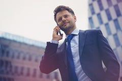 Взгляд низкого угла умного бизнесмена говоря на мобильном телефоне Стоковая Фотография RF