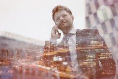 Взгляд низкого угла умного бизнесмена говоря на мобильном телефоне Стоковые Фотографии RF