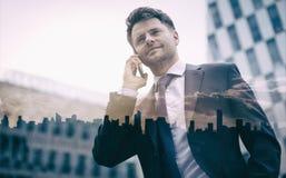 Взгляд низкого угла умного бизнесмена говоря на мобильном телефоне Стоковое Изображение