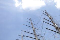 Взгляд низкого угла 3 masted корабля против неба Стоковые Изображения
