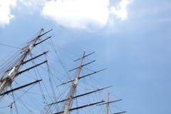 Взгляд низкого угла 3 masted корабля против неба Стоковая Фотография