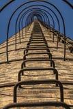 взгляд Низко-угла лестницы старой печной трубы ` s фабрики Стоковая Фотография RF