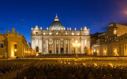 Взгляд ночи базилики St Peter s в Риме, Ватикане Стоковые Изображения