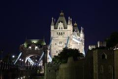 Взгляд ночи башни и моста башни, Лондона, Великобритании Стоковое Изображение RF