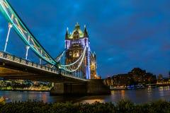Взгляд ночи башни моста Стоковое фото RF