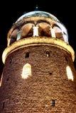 Взгляд ночи башни Galata вертикальный в Стамбуле Стоковое фото RF