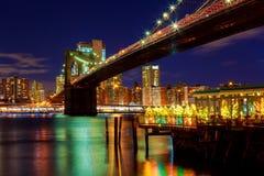 Взгляд ночи Бруклинского моста и небоскребов в Нью-Йорке Стоковые Изображения RF