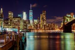 Взгляд ночи Бруклинского моста и небоскребов в Нью-Йорке Стоковая Фотография