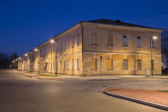 Взгляд ночи в усилии города Daugavpils около старого воинского здания Стоковые Фотографии RF