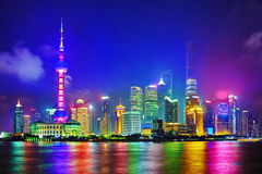 Взгляд ночи горизонта на области Пудуна новой, Шанхае Стоковая Фотография RF