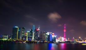 Взгляд ночи горизонта на области Пудуна новой, Шанхае Стоковые Изображения RF