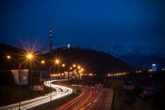 Взгляд ночи города Алма-Аты, холм Kok Tobe Следы светов на ноче дальше стоковое фото rf