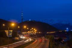 Взгляд ночи города Алма-Аты, холм Kok Tobe Следы светов на ноче дальше стоковые фотографии rf