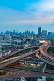 Взгляд ночи города и пересечения шоссе Стоковая Фотография RF