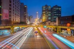 Взгляд ночи города Тайбэя с движением отстает стоковая фотография