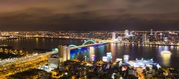 Взгляд ночи городского пейзажа горизонта от крыши башни города пляжа Da Nang Стоковое Изображение RF