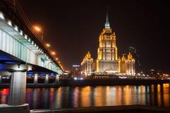 Взгляд ночи гостиницы Украины на обваловке в Москве, России Стоковое Фото
