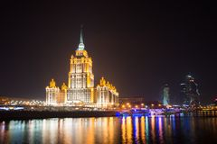 Взгляд ночи гостиницы Украины на обваловке в Москве, России Стоковые Изображения