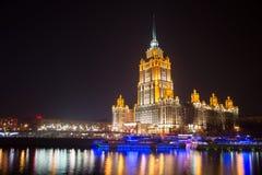 Взгляд ночи гостиницы Украины на обваловке в Москве, России Стоковое фото RF