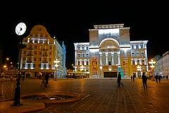 Взгляд ночи загоренного здания оперы в квадрате победы Стоковая Фотография RF