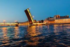 Взгляд ночи загоренного моста плавильни Стоковые Фотографии RF