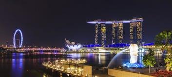 Взгляд ночи залива Марины, городского горизонта Сингапура Стоковое Изображение
