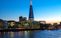 Взгляд ночи здания черепка, небоскребов и Рекы Темза, Лондона, Великобритании Стоковое Изображение RF
