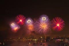 Взгляд ночи и красота фейерверков на Паттайя приставают к берегу стоковая фотография rf