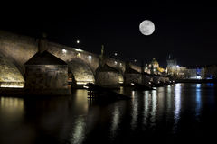 Взгляд ночи Карлова моста (Karluv больше всего) в Праге взгляд городка республики cesky чехословакского krumlov средневековый ста Стоковое Изображение RF
