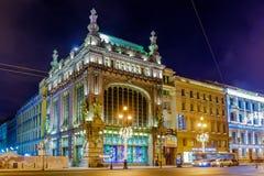 Взгляд ночи магазина Eliseevsky зданий на Nevsky Prospekt, Санкт-Петербурге Стоковые Фотографии RF
