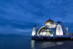 Взгляд ночи мечети рядом с морем Стоковые Фотографии RF