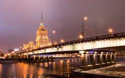 Взгляд ночи Москвы от освещения освещает стоковые фотографии rf