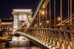 Взгляд ночи моста Szechenyi цепного на реке Дунае в Будапеште Стоковое Изображение RF