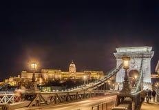 Взгляд ночи моста Szechenyi цепного на реке Дунае в Будапеште Стоковое Фото